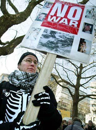 Eine kostümierte Frau demonstriert in Stuttgart
