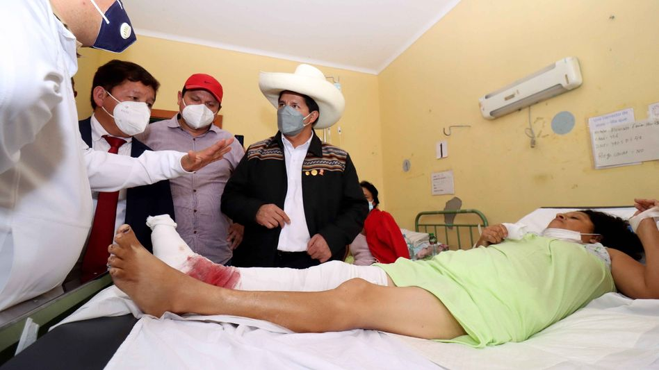 Präsident Pedro Castillo besucht Verletzte im Krankenhaus