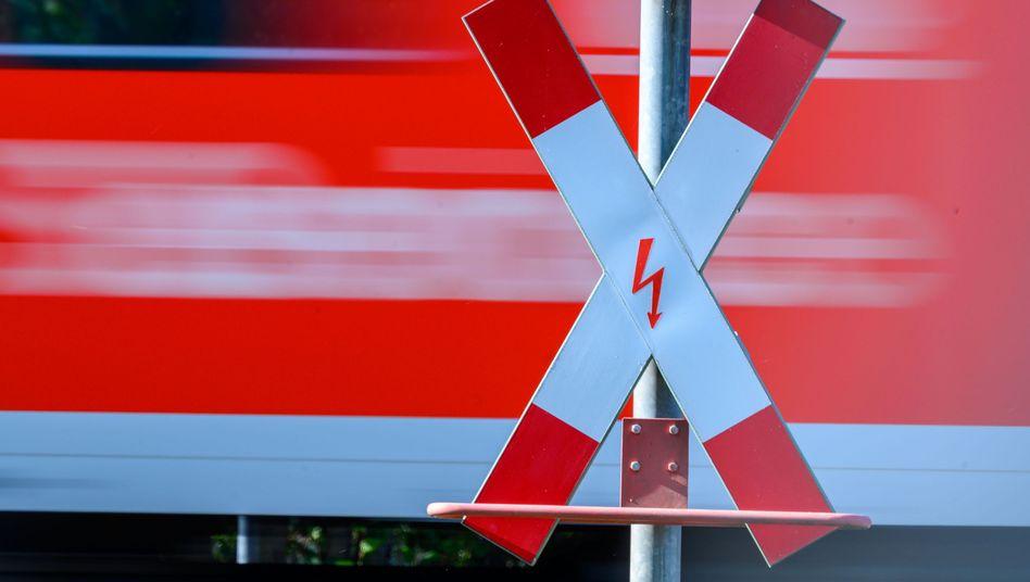 Andreaskreuz an einem Bahnübergang: Zentraler Punkt im Klimaschutzprogramm