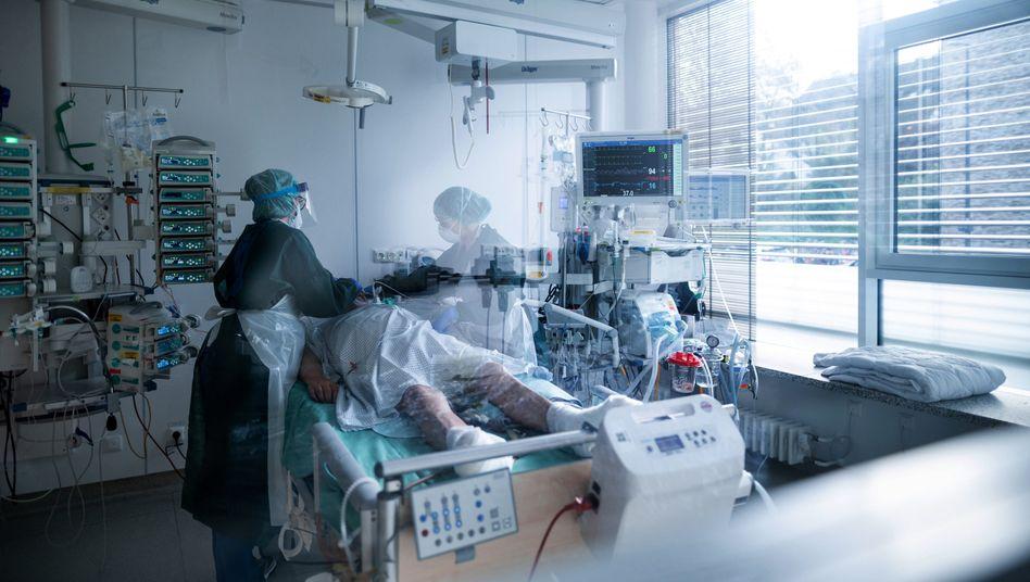Pflegerinnen betreuen einen Coronapatienten in Essen