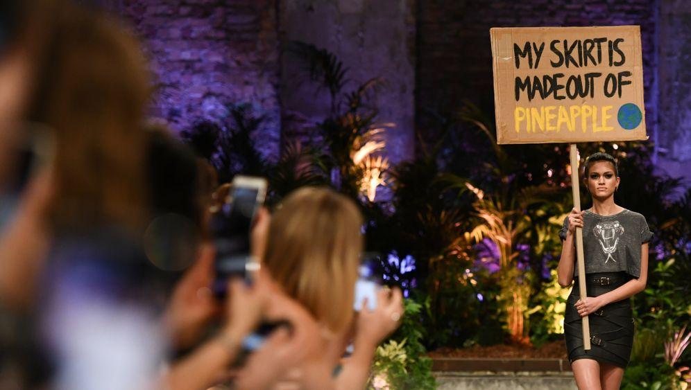 Tragt mehr Obst! Auf der Berlin Fashion Week stellte Designerin Marina Hoermanseder ihren typischen Schnallenrock erstmals in einer Variante aus Ananasleder vor