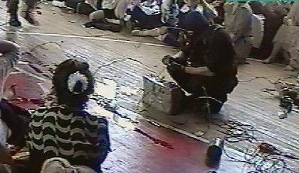 Aufnahme aus dem Beslan-Video: Hantieren mit Sprengsätzen