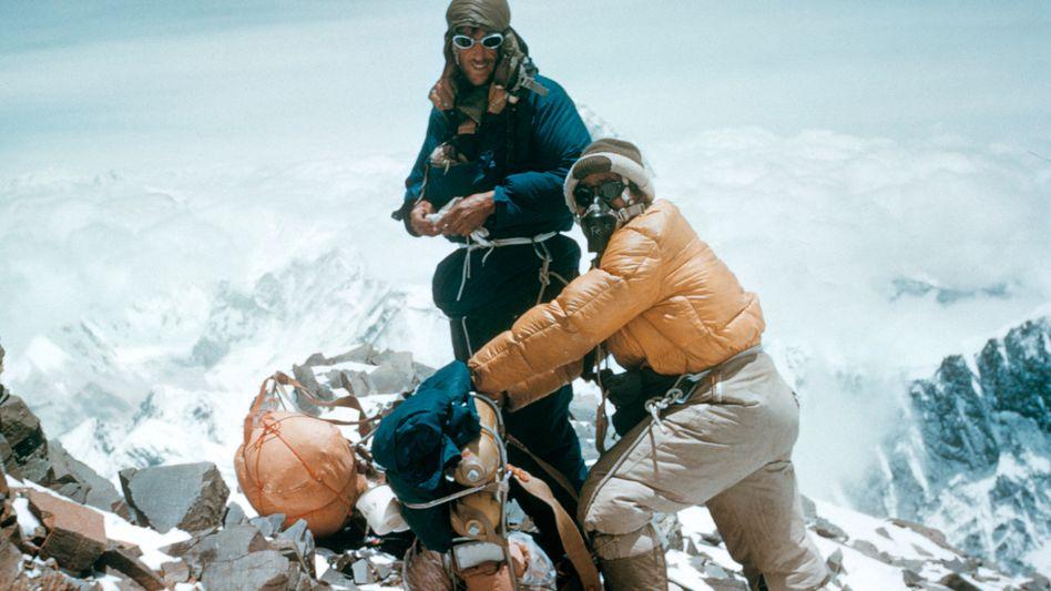 Schweres Gepäck: Hillary und Tenzing kurz vor dem Gipfel des Mount Everest am 28. Mai 1953