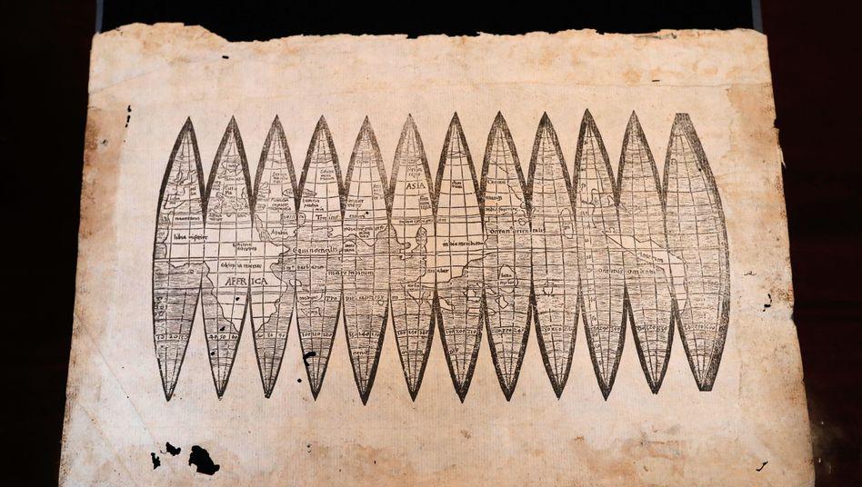 Weltkarte aus dem Jahr 1507: Die Breitenkreise, die parallel zum Äquator verlaufen, vermochten Nautiker seit langem aus dem Stand von Sonne oder Sternen präzise zu bestimmen. Weitgehend rätselhaft blieben die Längengrade.