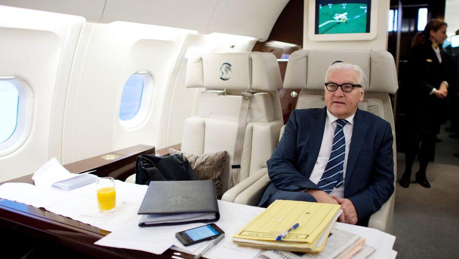 Außenminister Steinmeier in einem Flugzeug der Bundeswehr: 600 Kilometer Umweg
