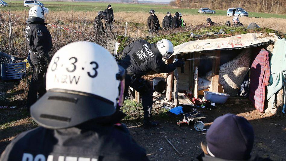 Polizisten durchsuchen das sogenannte Wiesencamp