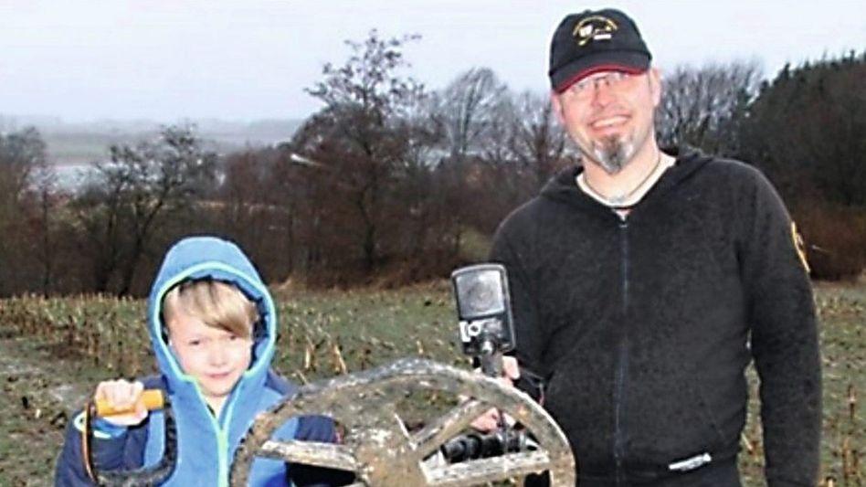 Struckmeyer mit Sohn Mads und Detektor, Ausriss von der Website Kn-online.de