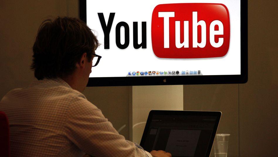 Mann vor YouTube-Logo: Der Bundesgerichtshof hat zum Thema Framing geurteilt