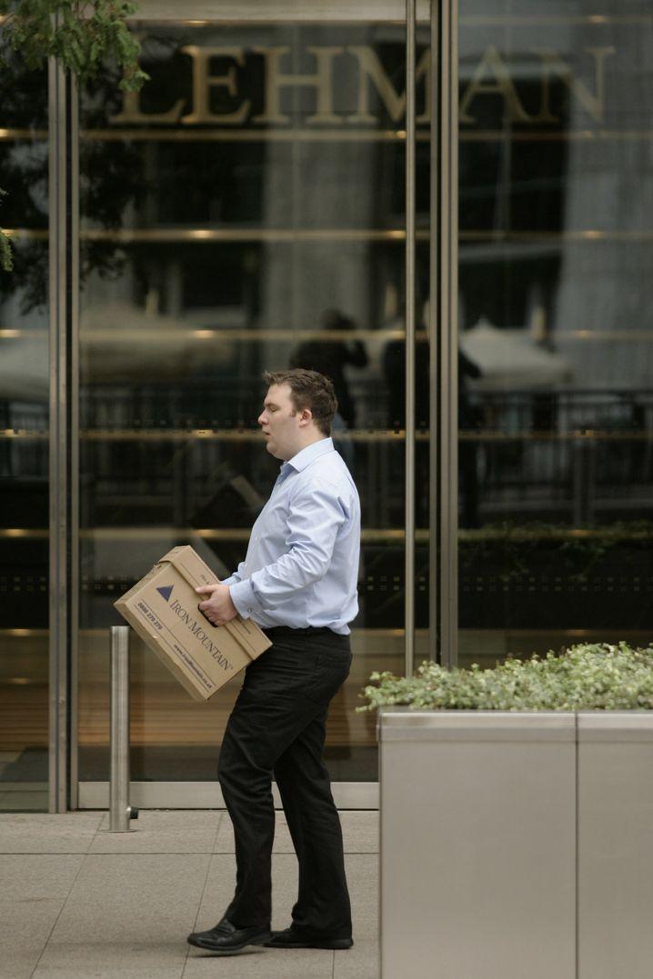 Schnell raus: Ein Mitarbeiter der Pleitebank Lehman Brothers
