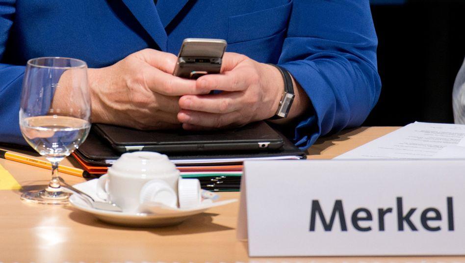 Kanzlerin Merkel und ihr Handy: Von der NSA wohl lange abgehört