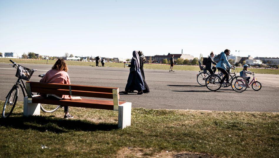 Mehr Freiheiten: Spaziergänger und Radfahrer auf dem Tempelhofer Feld Mitte April
