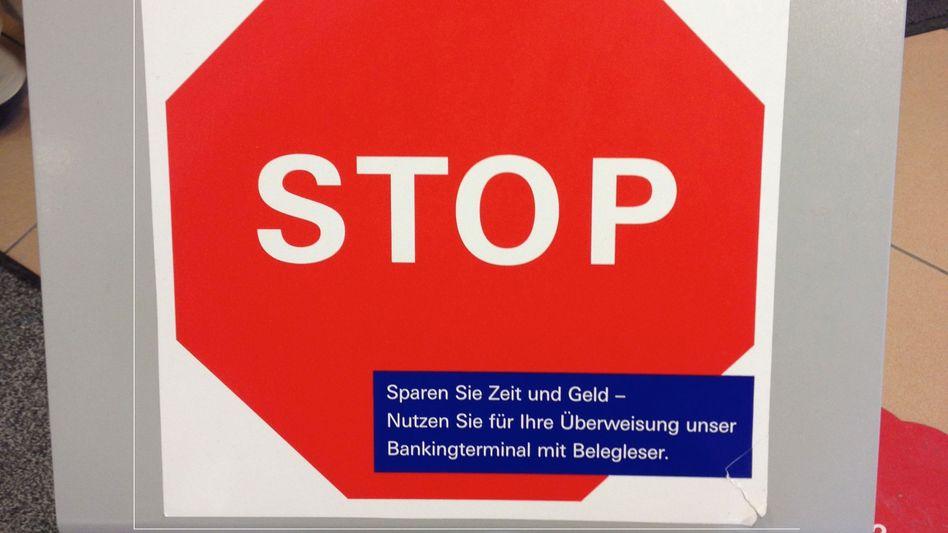 Schild bei der Deutschen Bank: Berater nicht mit Überweisungsgedöns belästigen