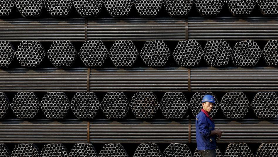 Chinesischer Arbeiter vor Stahlrohren (Archivbild)