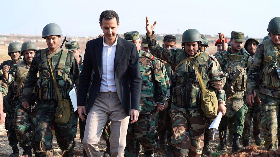 Baschar al-Assad bei einem Truppenbesuch in Nordsyrien 2019
