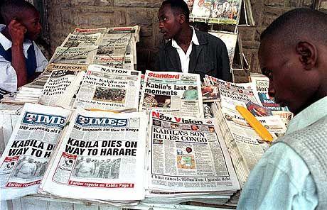 Verwirrung nach dem Schuss: Männer an einem Zeitungskiosk in der kenianischen Hauptstadt Nairobi versuchen sich einen Überblick über die Lage im Kongo zu verschaffen. Nach einem Anschlag auf den dortigen Präsidenten Laurent Kabila herrscht wegen widersprüchlicher Informationen Verwirrung. Angeblich soll ein Leibwächter den 61-Jährigen Despoten des bürgerkriegsgeschüttelten Landes erschossen haben. Die Regierung in Kinshasa, die den Ausnahmezustand verhängt hat, scheut tagelang eine offizielle Bestätigung des Todes von Kabila