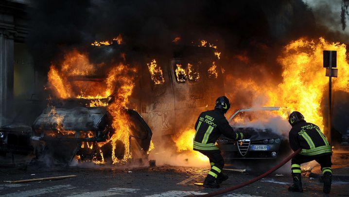 Flammen in Rom: Ausschreitungen bei Berlusconi-Protesten