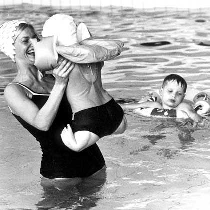 Neuer Entschädigungsfonds? Das Archivbild vom 10. Dezember 1968 zeigt Schwimmunterricht für Contergan-Kinder in einer Sonderschule für Körperbehinderte in Lämershagen, Kreis Bielefeld