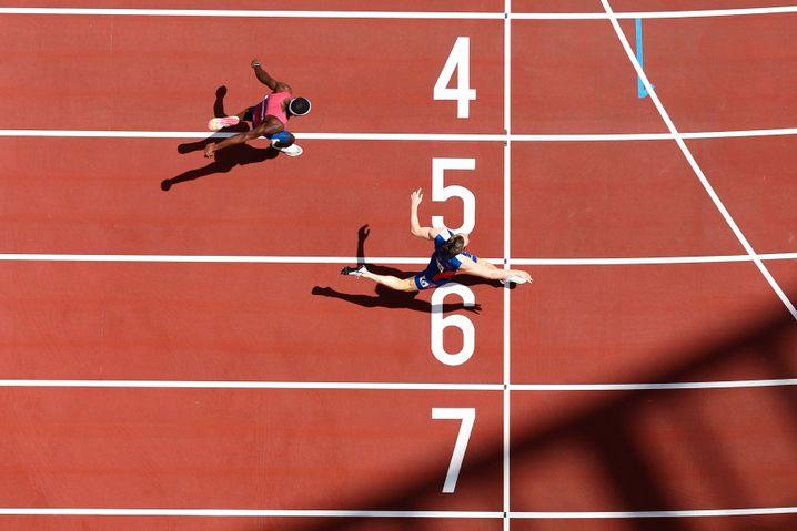 Karsten Warholm melintasi garis finis dengan rekor dunia baru
