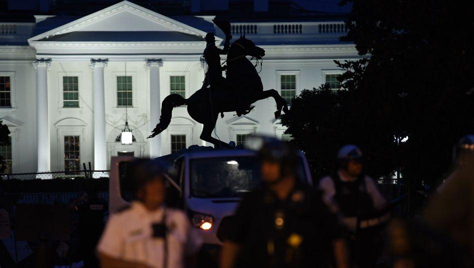 Polizisten schützen die Statue des umstrittenen ehemaligen US-Präsidenten Andrew Jackson vor dem Weißen Haus