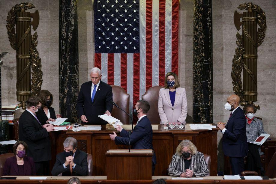 Mike Pence (hinten links) neben Nancy Pelosi bei der Bestätigung des US-Wahlergebnisses
