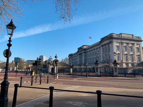 Vor dem Buckingham Palace ist es sehr leer
