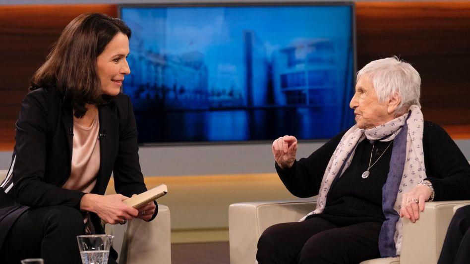 Moderatorin Anne Will (l.), Auschwitz-Überlebende Esther Bejarano