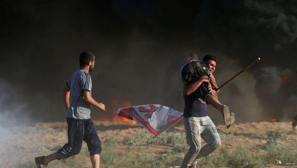 Palästinenser protestieren an der israelischen Grenze