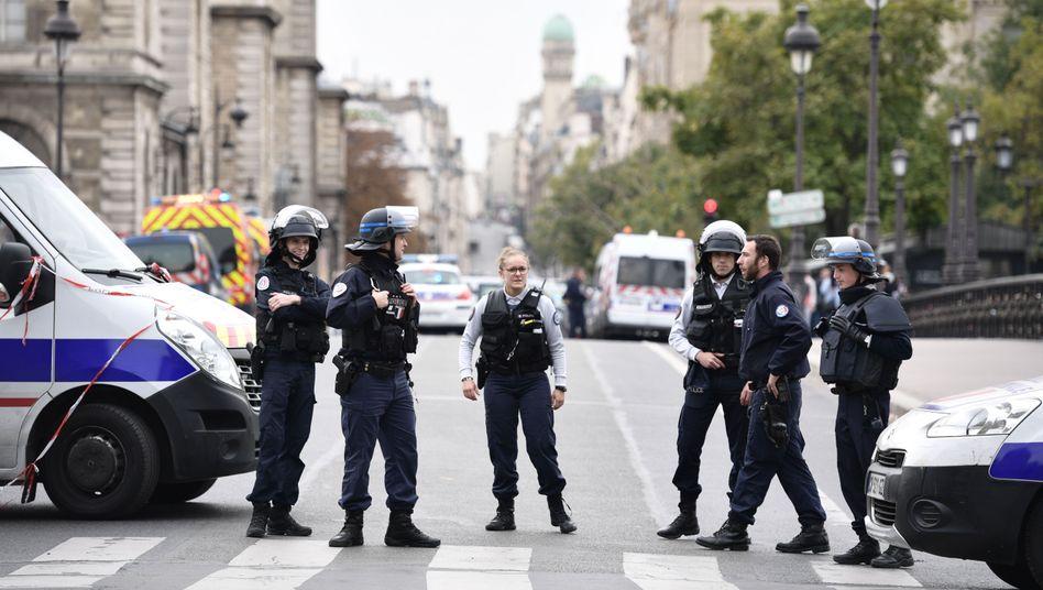 Trauer und Entsetzen in Frankreich: Nach einer Messerattacke sperrte die Polizei mehrere Straßen in Paris.
