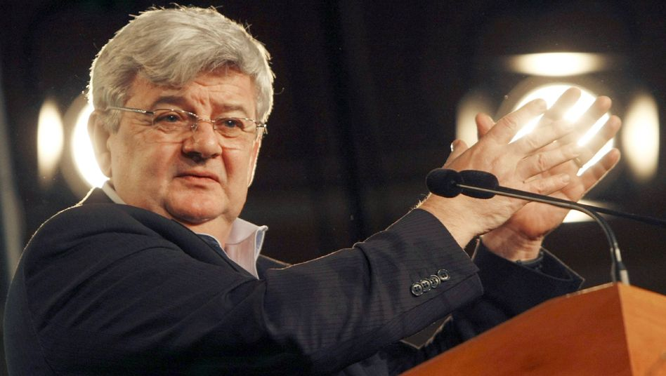 Former Foreign Minister Joschka Fischer has attacked Chancellor Angela Merkel.