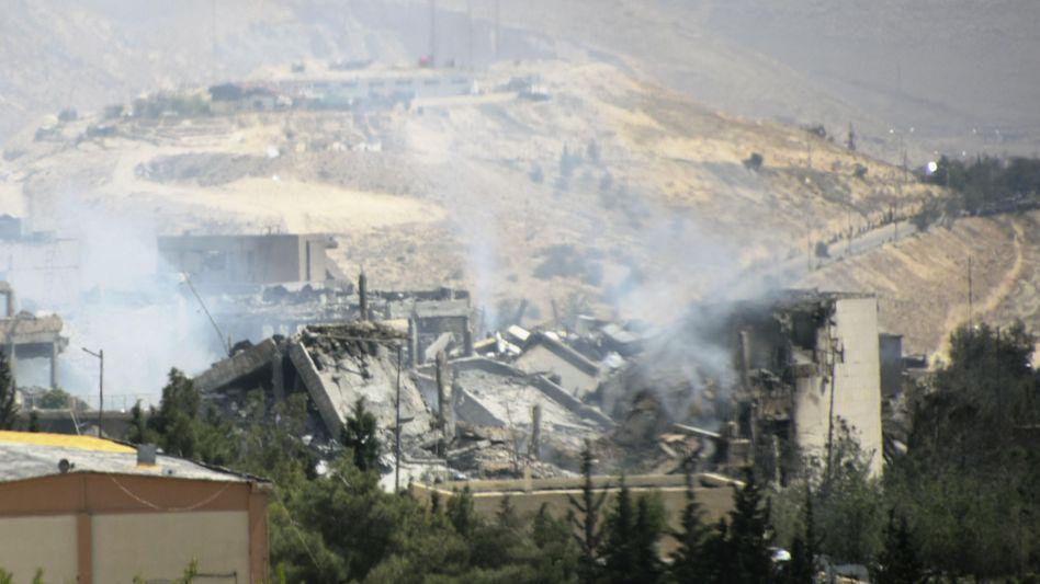 Rauch über dem Forschungszentrum in Barsah, das bei Angriffen der USA, Großbritanniens und Frankreichs stark beschädigt wurde