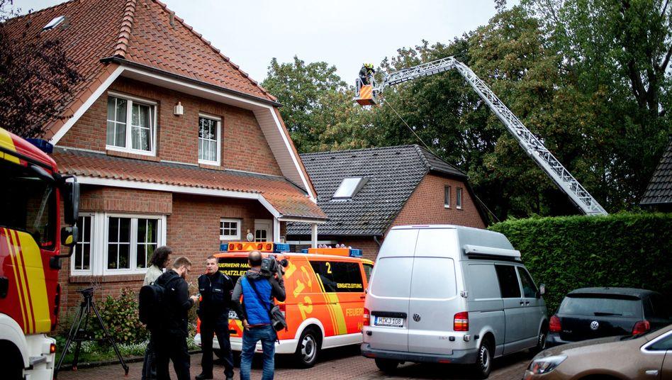 Einsatzkräfte am Fundort der Leiche. Ein 32-jähriger Mann steht im Verdacht, eine 61-Jährige getötet zu haben
