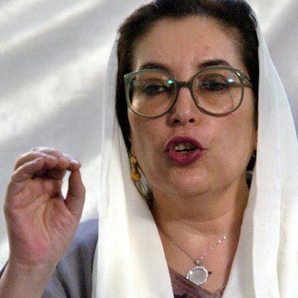 """Benazir Bhutto bei einer Pressekonferenz in Karachi: """"Schlacht zur Rettung Pakistans"""""""