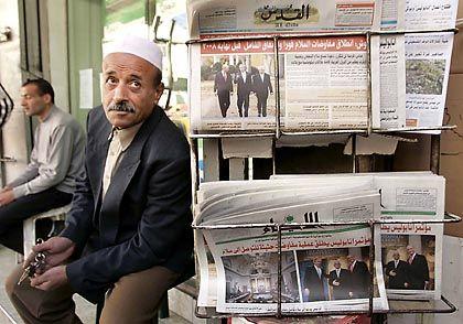 Abbas, Bush und Olmert auf der Titelseite: Im Gaza-Streifen verkauft ein Palästinenser Tageszeitungen