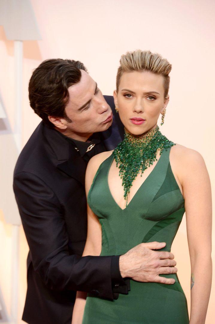 Dieser Blick sagt alles: Scarlett Johansson scheint von John Travoltas Avancen wenig beeindruckt