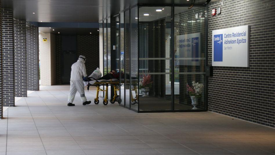 In Spaniens Pflegeheimen herrschen dramatische Zustände, hier wird ein Bewohner aus einer Einrichtung in Vitoria gebracht