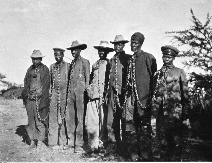Herero in Ketten unter deutscher Kolonialherrschaft (Bild vermutlich aus dem Jahr 1914)