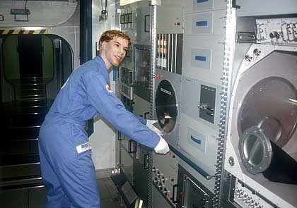 Die Firma Astrium zeigt einen originalgetreuen Nachbau der Internationalen Raumstation ISS