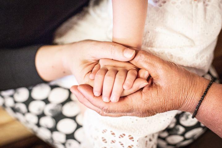 Die Hände von drei Generationen: Anastasia Ontou mit Tochter Konstantina und Enkelin Maria Anastasia