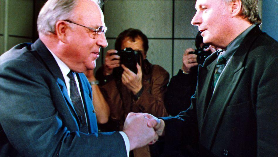 """Lafontaine (l.) gratuliert Kohl nach dessen Wahlsieg 1990: """"Einheitseuphorie unterschätzt"""""""
