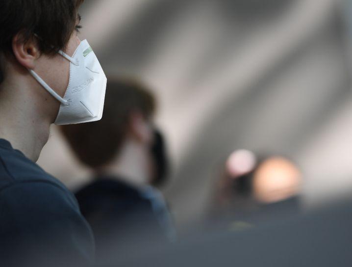 Schüler mit Mund-Nasen-Schutz: Einige müssen ihn tragen, andere nicht, zumindest nicht im Unterricht (Symbolfoto)