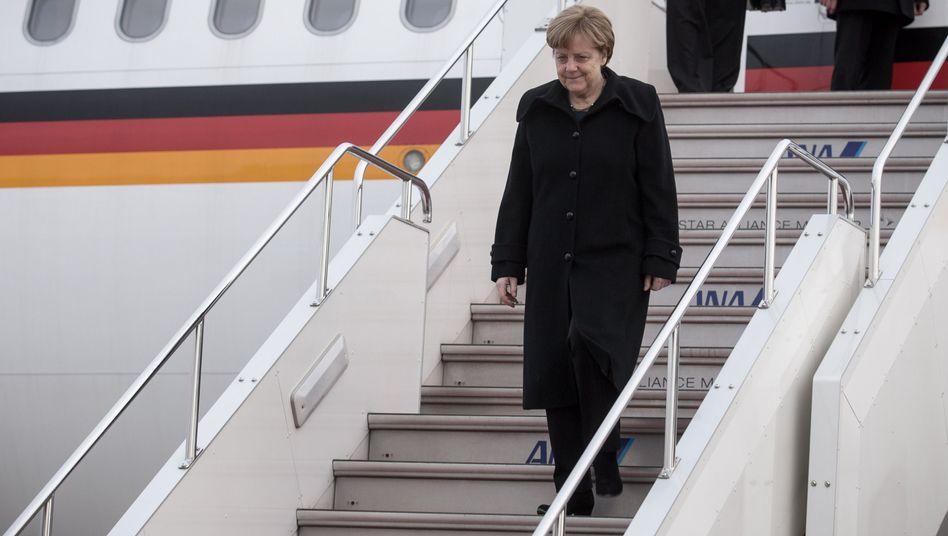 Angela Merkel (2015 beim Verlassen des Regierungsjets)