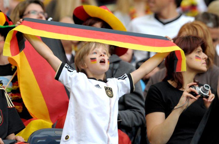 """Junger Fußball-Fan: """"Die rufen immer so TOOOOOOOR!"""""""