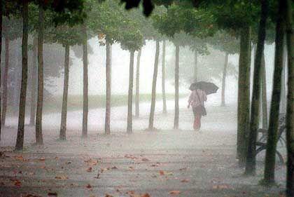 Regenguss: Heftige Niederschläge helfen bestimmten Gesteinen, sich in leichtem Zittern zu entspannen