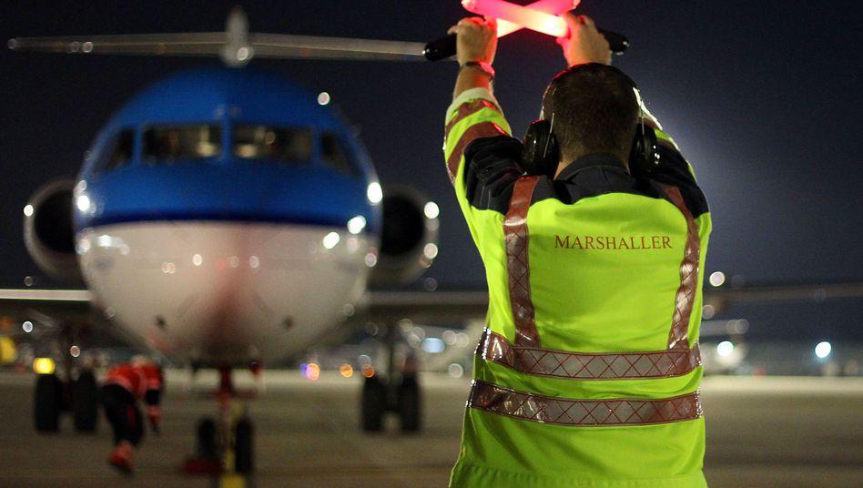 """Einweiser am Flughafen in Düsseldorf: """"Tickende Zeitbombe in der Arbeitswelt"""""""
