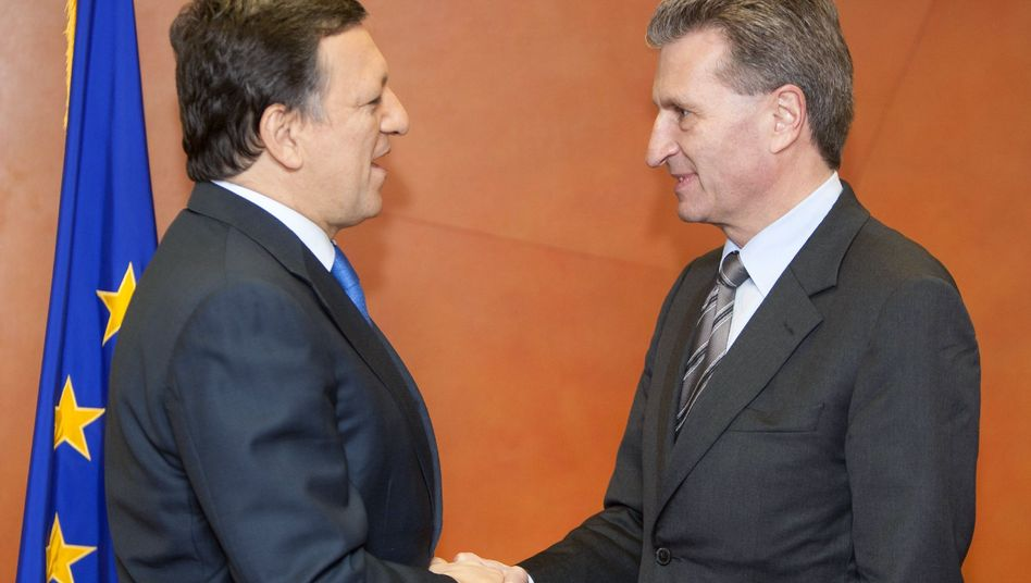 Günther Oettinger (r) with EU Commission President Jose Manuel Barroso (l) during a visit to Brussels in March.