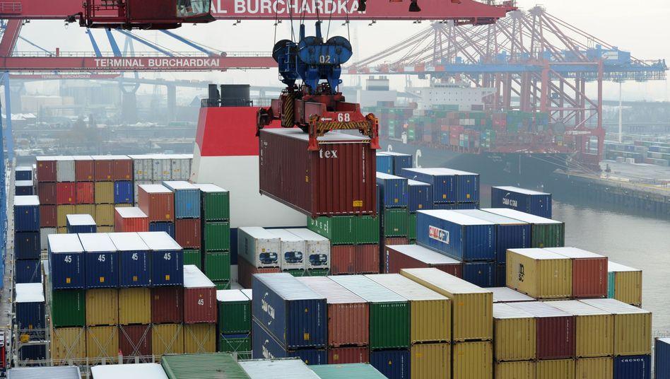 Weltgrößtes Containerschiffwird in Hamburg entladen.