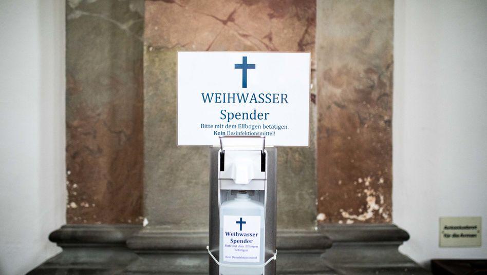 Pandemiegerechte Segnung: Weihwasserspender in der Basilika Birnau