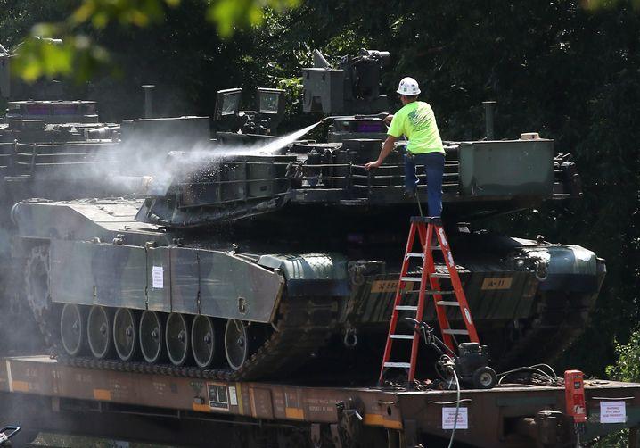 Seltener Anblick in Washington: Ein Panzer wird für die Feier gewaschen