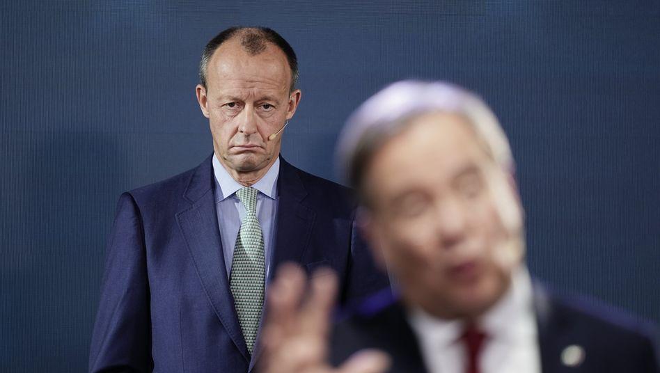 Bewerber um CDU-Vorsitz Merz (hinten) und Laschet