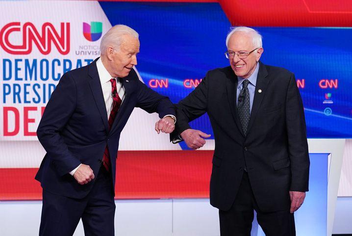 Ellenbogen-Begrüßung von Biden und Sanders